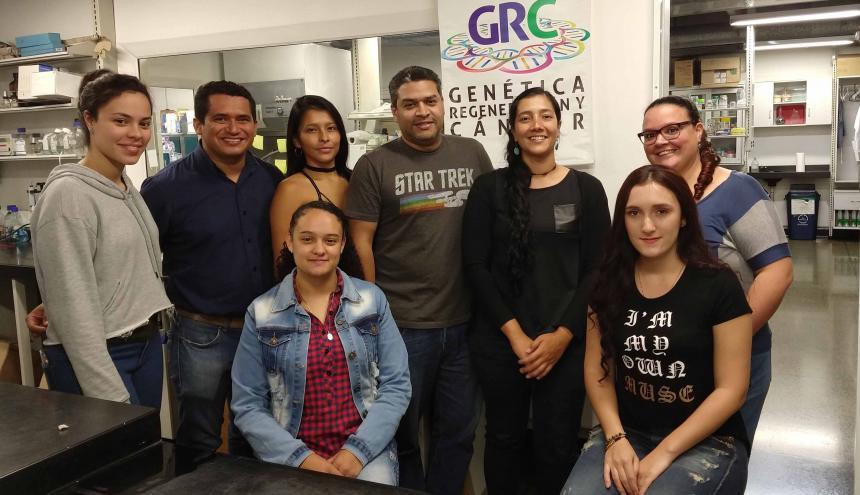 Jean Paul Delgado (centro) junto a su equipo de trabajo de la Universidad de Antioquia.