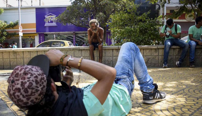 Un participante fotografía al habitante de la calle Jaime Alonso en el Paseo Bolívar.