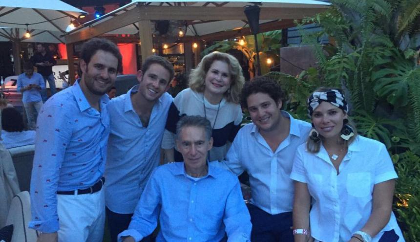 Alberto Mishaan (centro) junto a su esposa Susie, y sus hijos: Jonathan, Moris, Verónica y Andrés.
