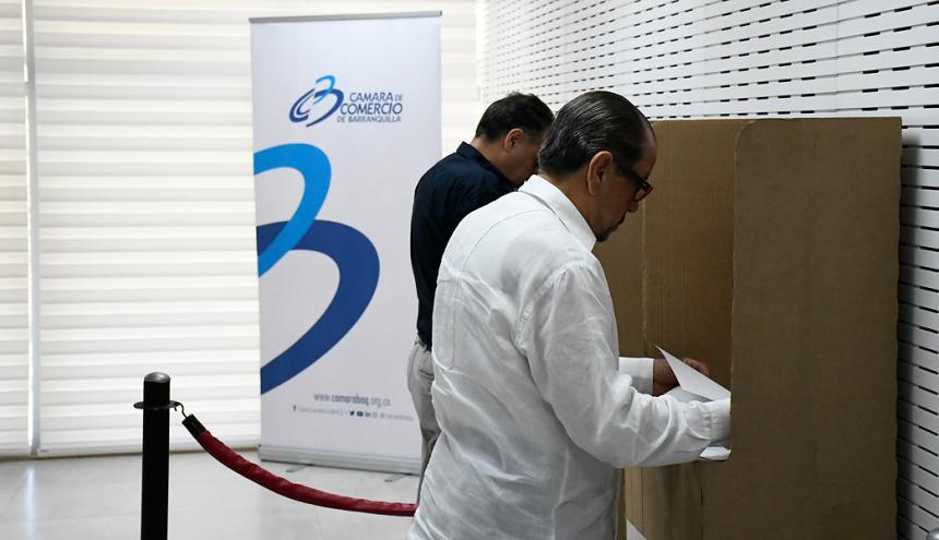 Un afiliado a la Cámara de Comercio de Barranquilla vota en la sede Buenavista de la entidad.