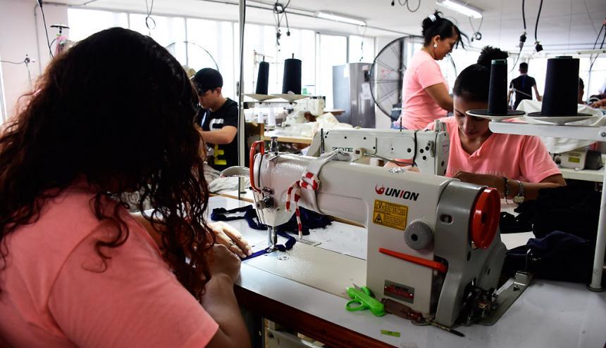 Trabajadores en una empresa del sector de moda y confecciones en B/quilla.