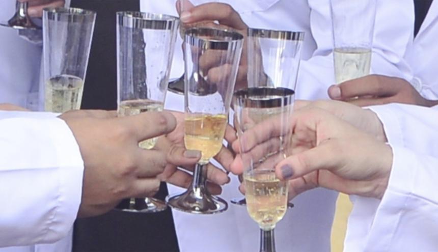 El brindis de copas con licor es una de las mayores tradiciones en las fechas especiales de diciembre.