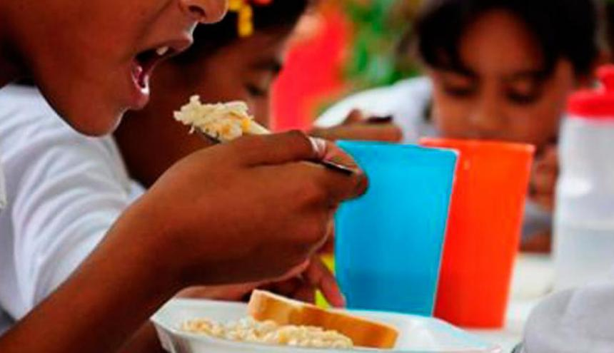 Estudiantes durante su almuerzo en el colegio.