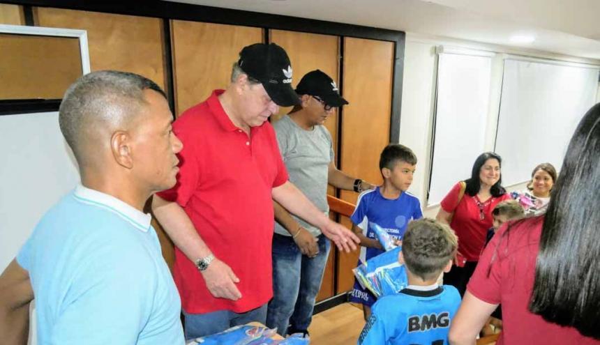 Ramón Jesurun (centro) entregando los uniformes a los niños en Santa Marta.