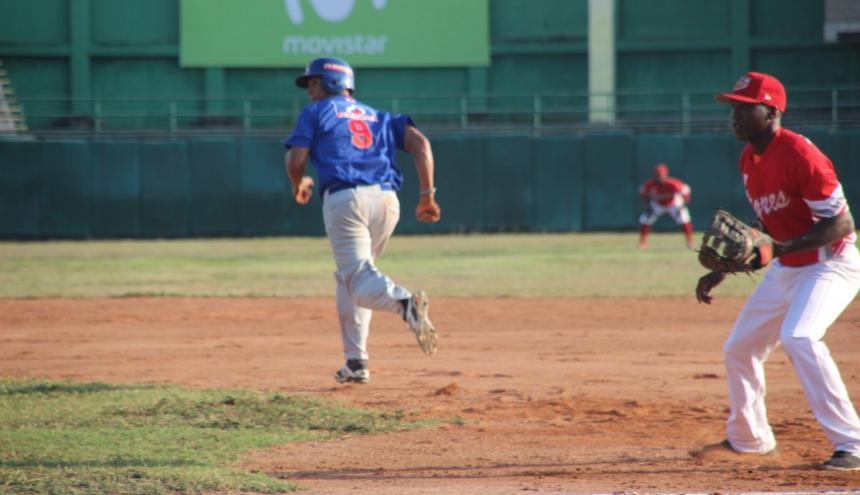 Acción del juego de ayer entre Tigres de Cartagena y Caimanes de Barranquilla.