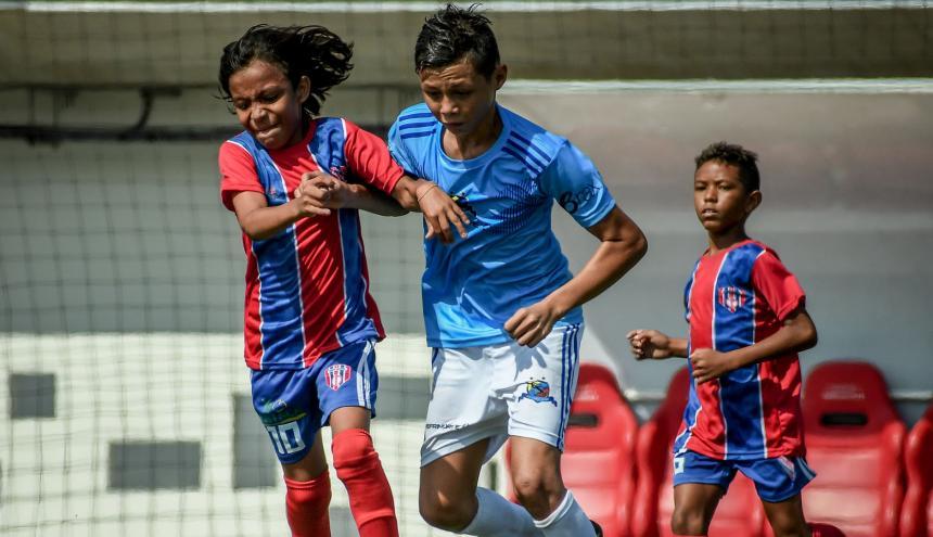 El talentoso volante Esnéider Castellar, de la Real Sociedad de Aracataca, conduce la pelota ante la marca de un jugador rival.