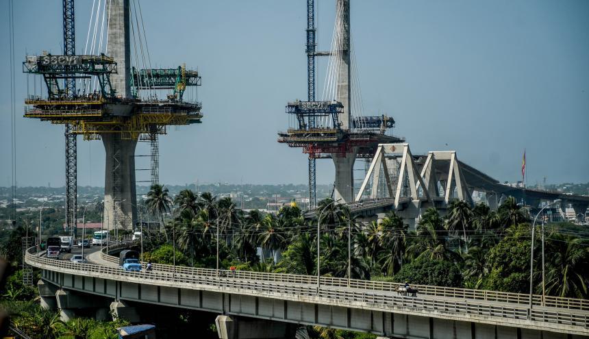 Vista general de las obras del nuevo Puente Pumarejo, en el lado derecho se aprecia la estructura del viejo viaducto.