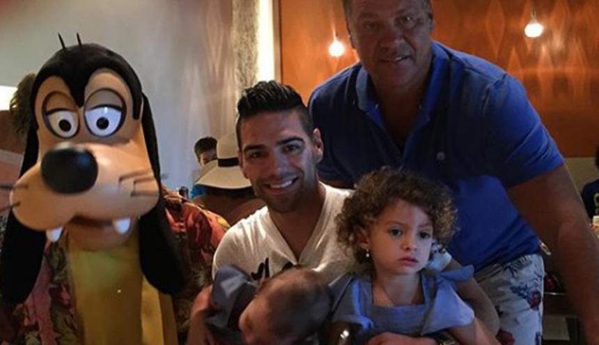 Radamel Falcao, junto a su padre y dos de sus hijas.