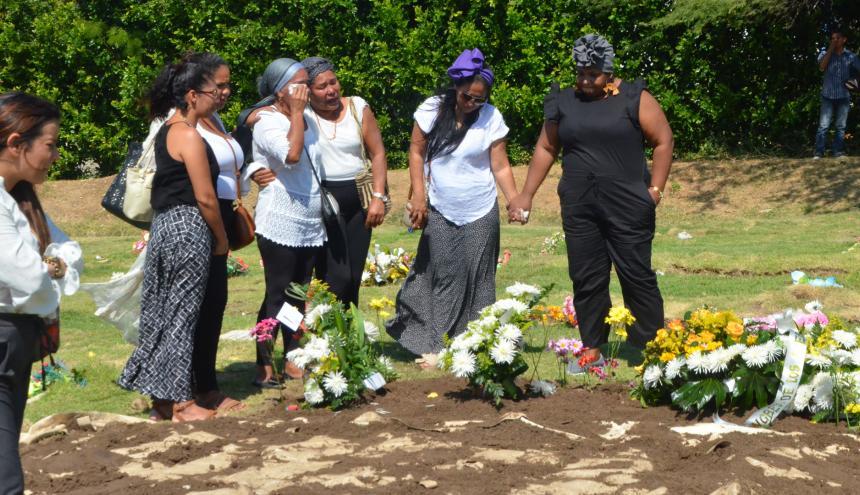 Defensoras de derechos humanos lamentan la muerte de Maritza, en el lugar donde fue enterrada.