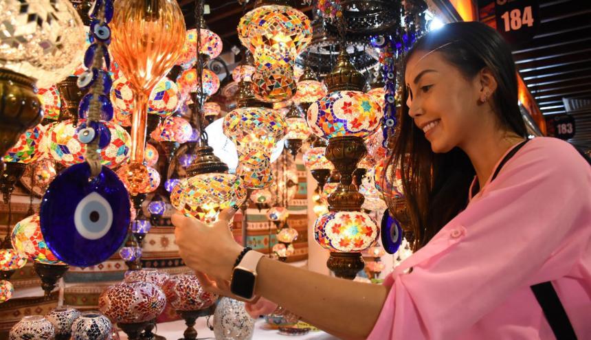 Puestos que exhiben productos artesanales hechos en diferentes materiales.