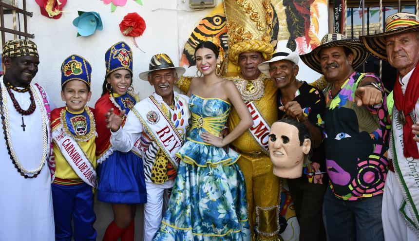 El Rey momo junto a la reina, Carolina Segebre, y los reyecitos, Isabella Chacón y César De la Hoz.