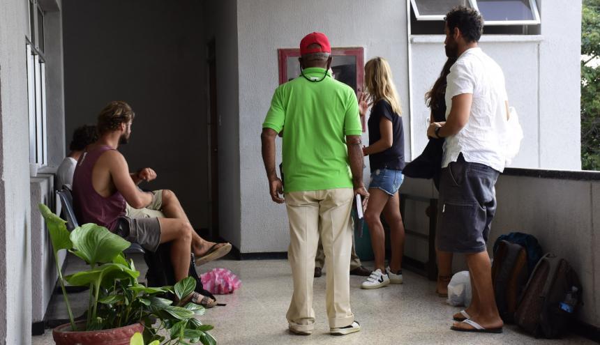 Los turistas afectados cuando instauraban la denuncia en la Fiscalía.