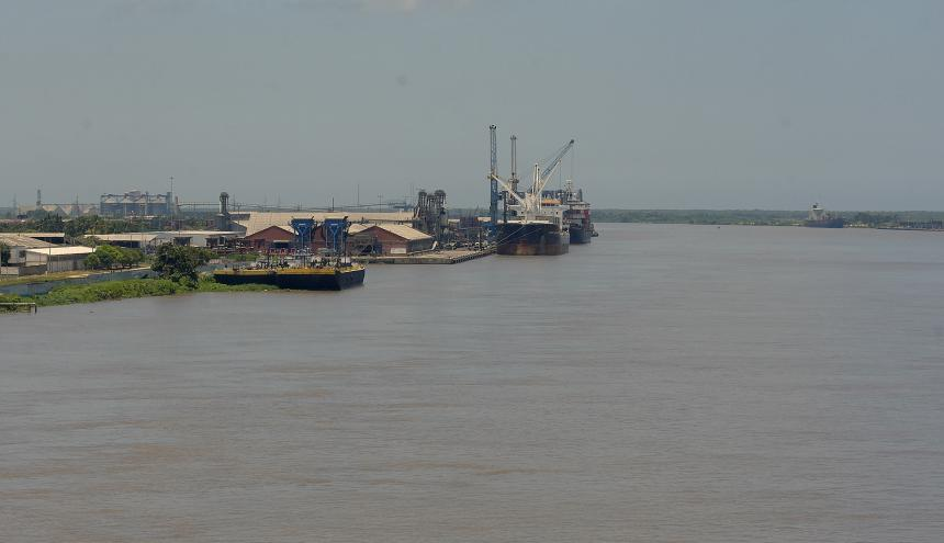 Vista desde el Puente Pumarejo hacia el canal de acceso de Barranquilla, en aguas del río Magdalena.