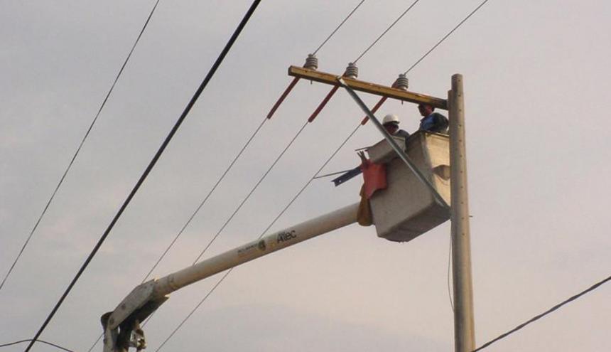 Técnicos hacen mantenimiento a unas redes.