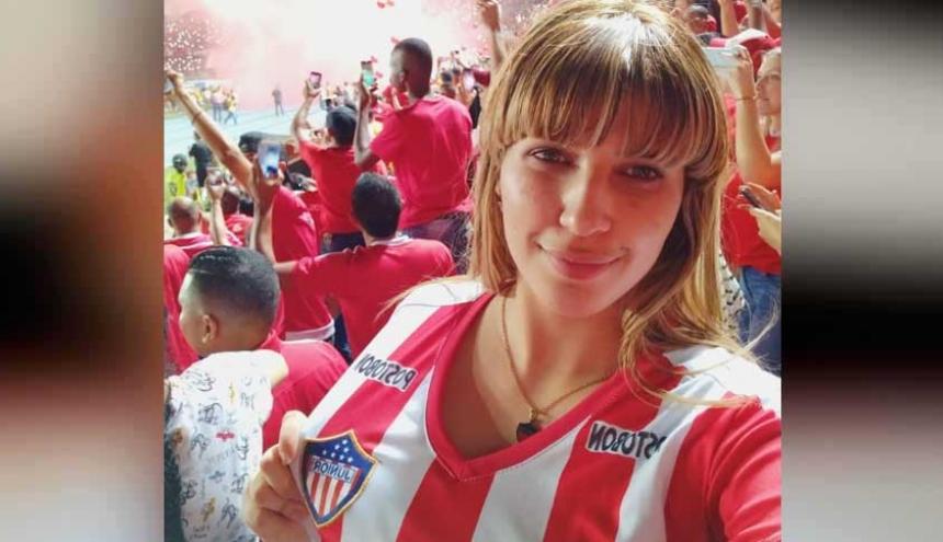 A Yoselin Yulieth Peña Castillo con la camiseta juniorista en la tribuna occidental del Pascual Guerrero.