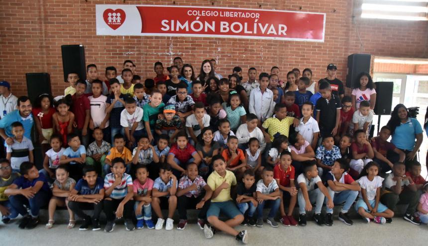 Los niños de Las Flores posan para la foto junto a Pilar Rubio, madre de James.