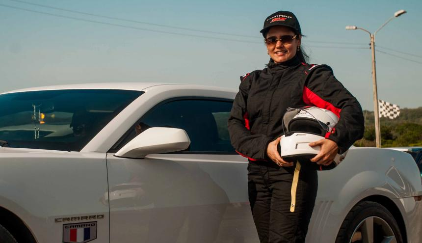 Alixandra De la Espriella compite con un Chevrolet Camaro en los 12 segundos.