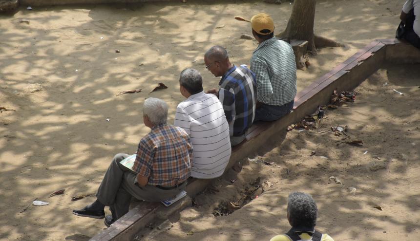 Varias personas de la tercer edad en una zona céntrica de Barranquilla.