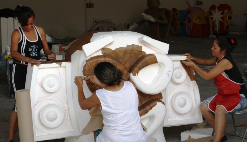 Artesanos trabajan en las carrozas de carnaval.