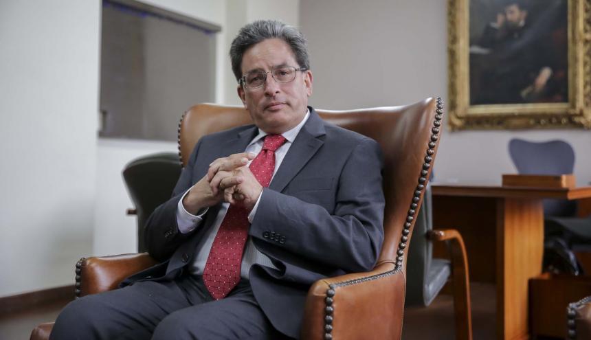 El ministro de Hacienda y Crédito Público, Alberto Carrasquilla, en su despacho.