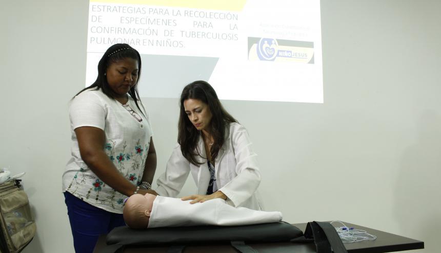 Una médico muestra cómo se trata un paciente, durante una capacitación.