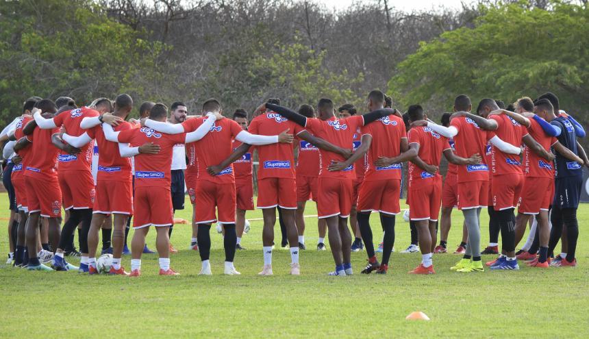 Los jugadores e integrantes del cuerpo técnico del cuadro rojiblanco se reunieron el viernes en la tradicional oración antes del comienzo de los entrenamientos.