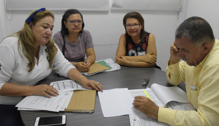 La inspectora 12 de Barranquilla, Stella Quintero, junto a la demandante, Elina Fragoso, su hermana Carolina y el abogado de la funeraria.