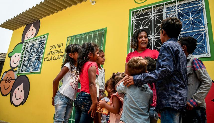 Un grupo de niños beneficiarios a la entrada del Centro Integral de Palermo.