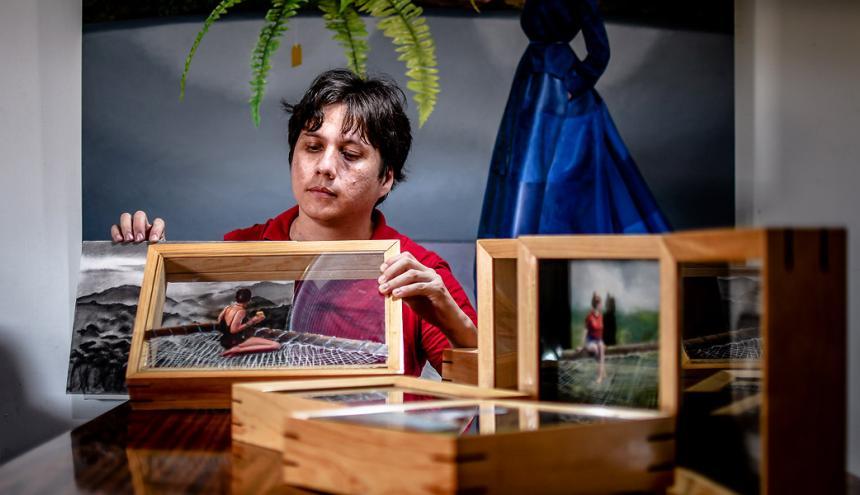 El artista barranquillero Alex De la Torre durante el proceso de ensamblaje de algunas de sus piezas.