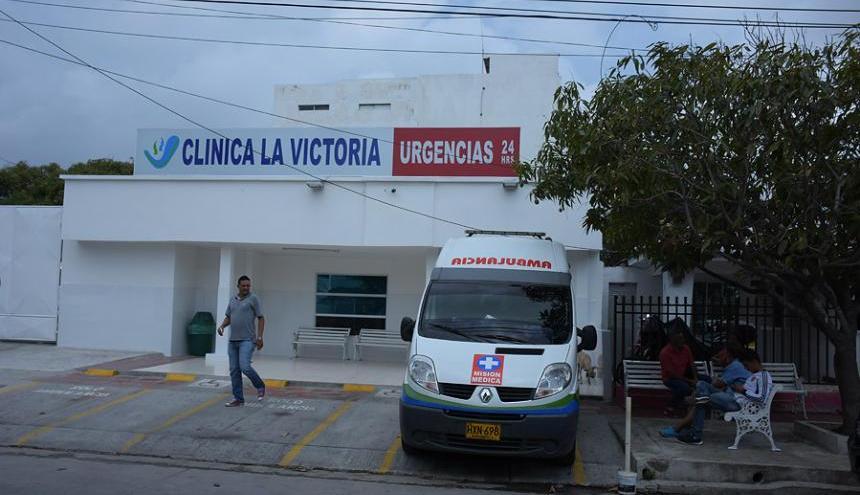 La mujer recibe atención médica en la Clínica La Victoria.