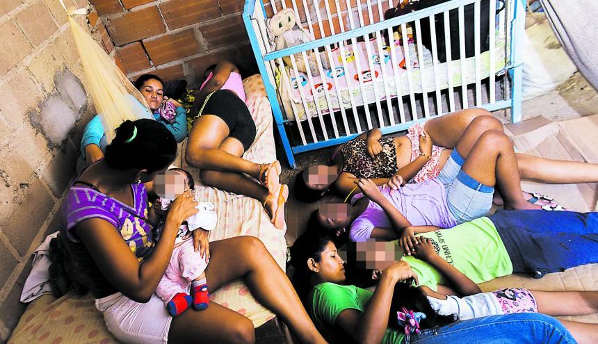 Una familia de migrantes arrendada en una casa en el barrio Las Flores.