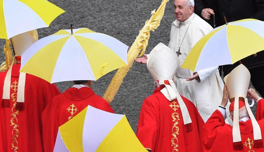 El papa Francisco presidió el Domingo de Ramos desde la Basílica de San Pedro.