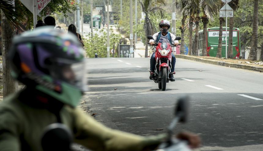Varios mototaxistas transitan por el corredor universitario.