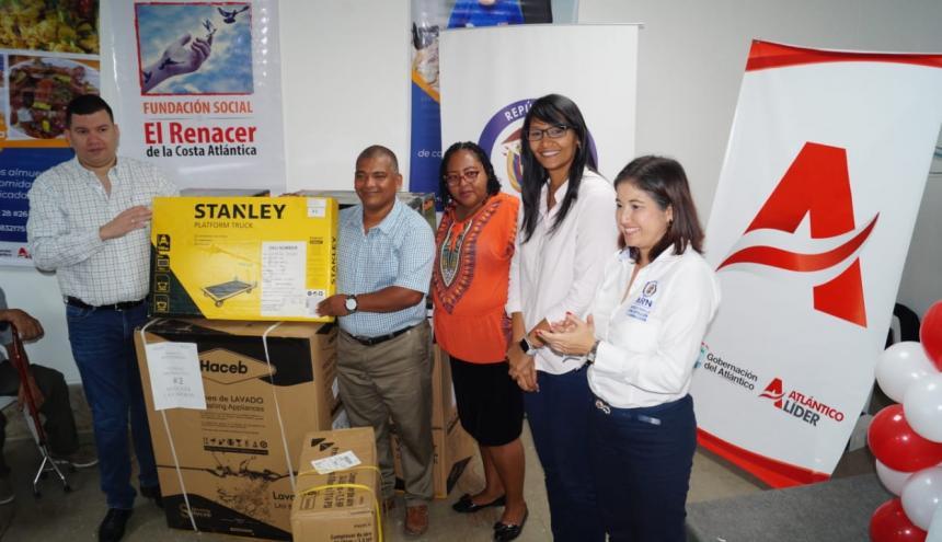 El secretario del Interior (e) Edgardo Mendoza, y representantes de cada una de las entidades que participaron en el programa de apoyo a emprendedores.