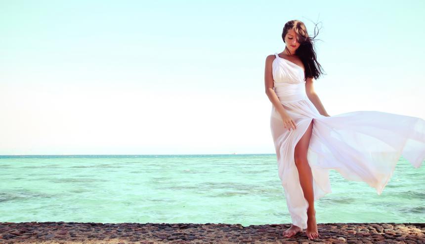 Un vestido blanco es una de las recomendaciones de los viajeros para llevar en la maleta.