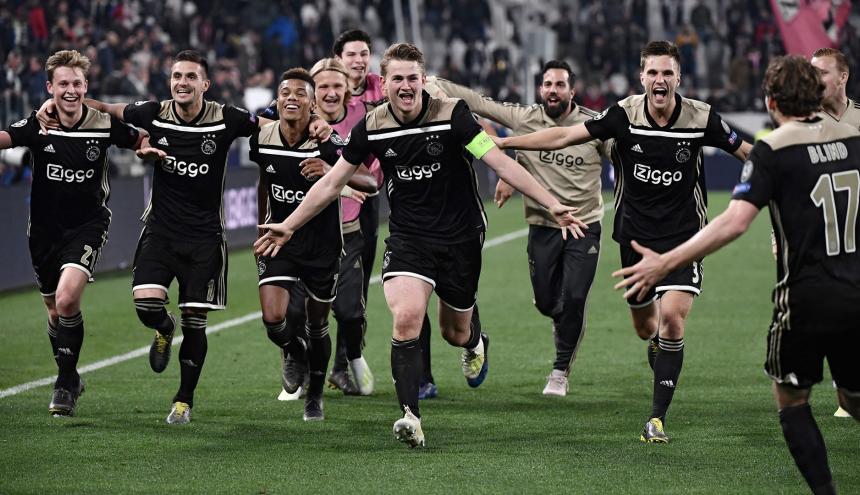 Los jugadores del Ajax celebran el pase a semifinales.