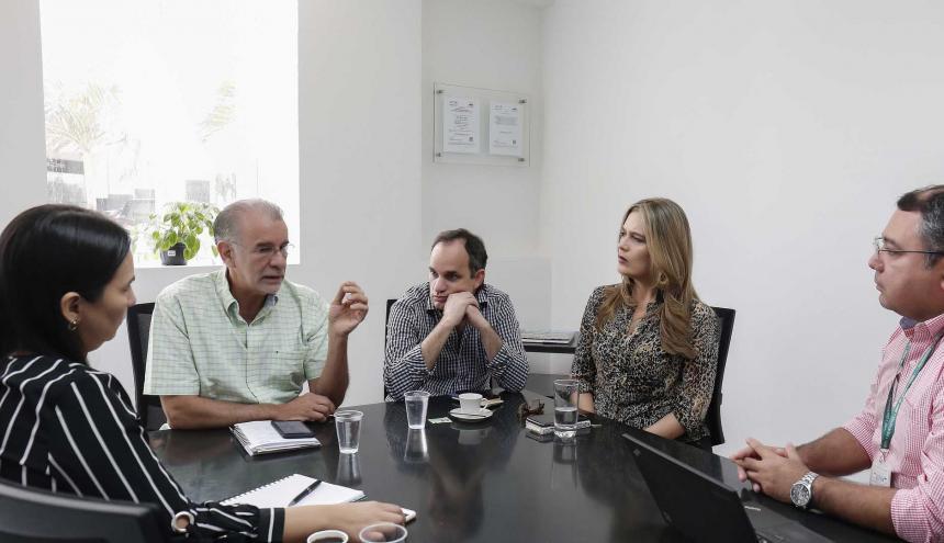 El gobernador Verano interviene en la reunión con directivos de Electricaribe. Lo escuchan el secretario del Interior, Guillermo Polo; la directora de Comunicaciones, María Cecilia Donado; el gerente en Atlántico, Ramiro Castilla, y la directora Comercial, Andrea Martínez.