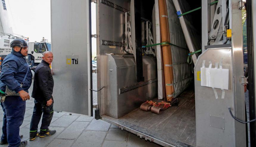Las obras de arte que se salvaron del incendio se trasladaron en un camión.