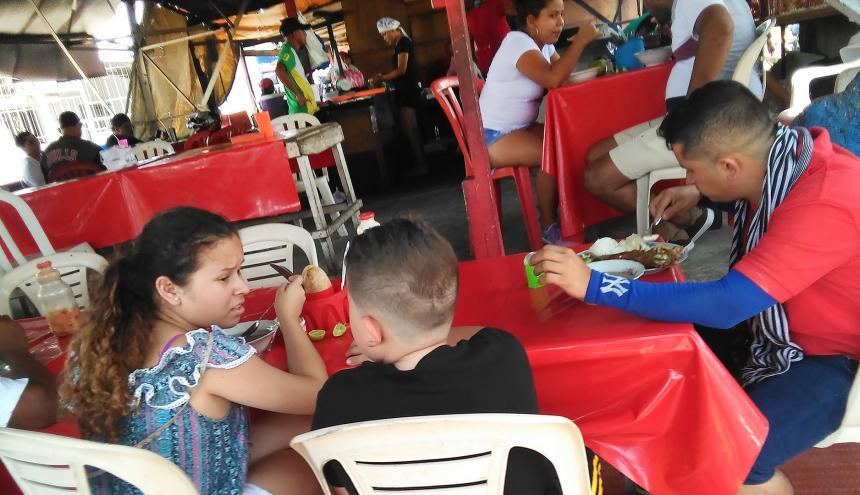 Al interior del lugar se observan varios comensales disfrutando de un almuerzo.