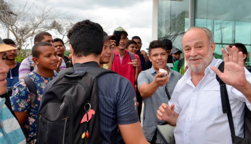 Jaime De la Ossa junto a estudiantes de Unisucre.
