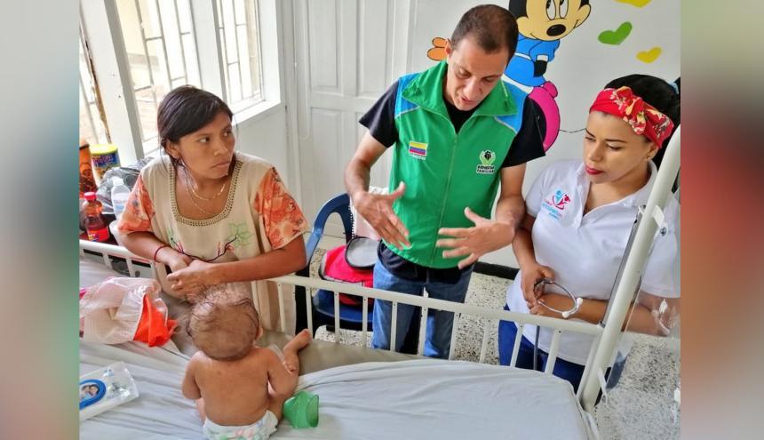 Gabriel Benítez Orcasita, director regional del ICBF en La Guajira, en su visita a los niños con desnutrición.