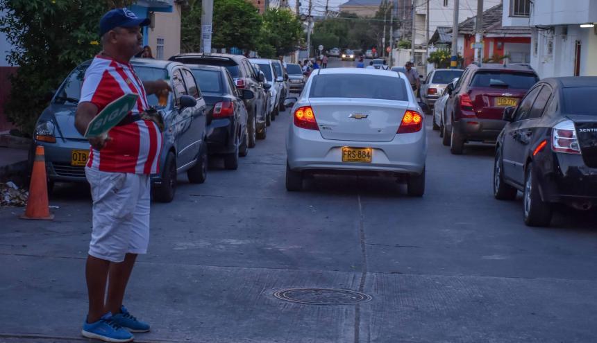 En la imagen, un vecino intenta organizar  el tráfico en la calle 52 con carrera 57 en Montecristo.