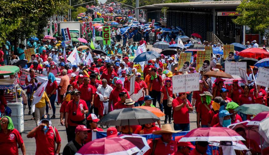 Trabajadores en Barranquilla durante la marcha por la calle Murillo.