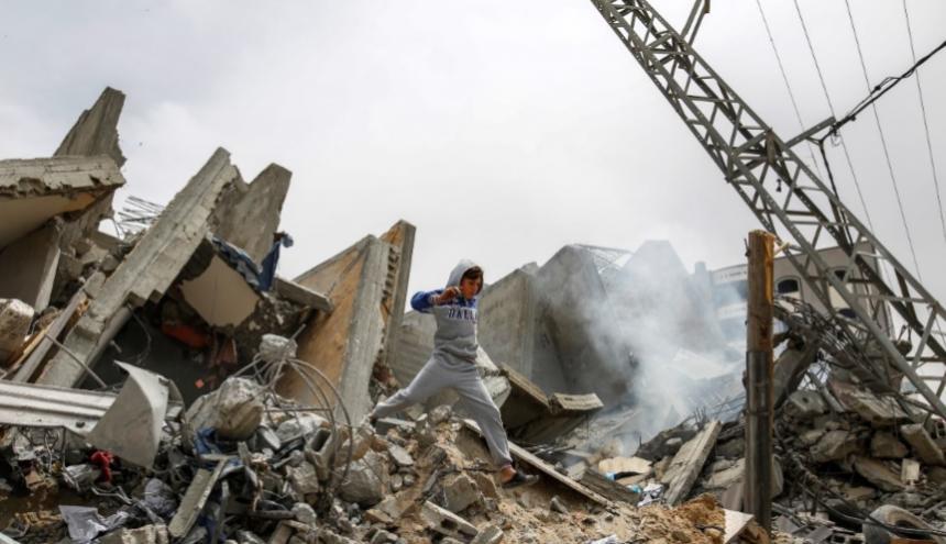 Un niño palestino camina entre los escombros de su casa destruida tras los ataques aéreos israelíes en la ciudad de Gaza.
