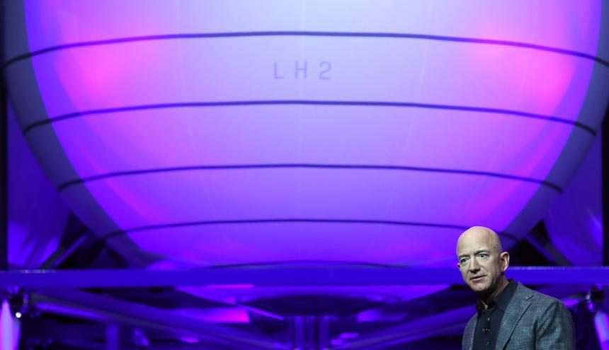 Jeff Bezos durante la presentación del Blue Moon.