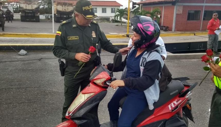 El coronel Luis Vallejo entregó detalles a las madres.