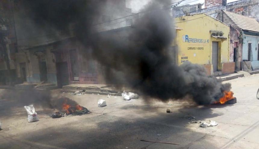 Vecinos del barrio Chiquinquirá protestaron con quema de neumáticos, ante las fallas del servicio.