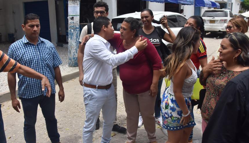 El alcalde Mantilla fue apoyado por una docena de personas que se encontraban esperando el fin de la audiencia.