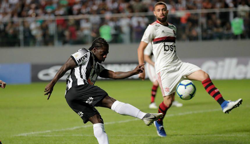 Chará dispara y marca el primer gol del partido.