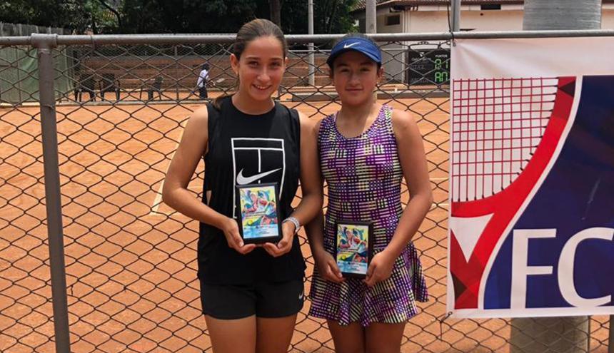 María Gabriela Mejía junto a Valeria Amorocho, a quien derrotó en la final.